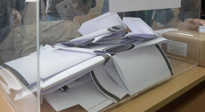 Тринайсет души гласуват днес за първи път в Пернишка област