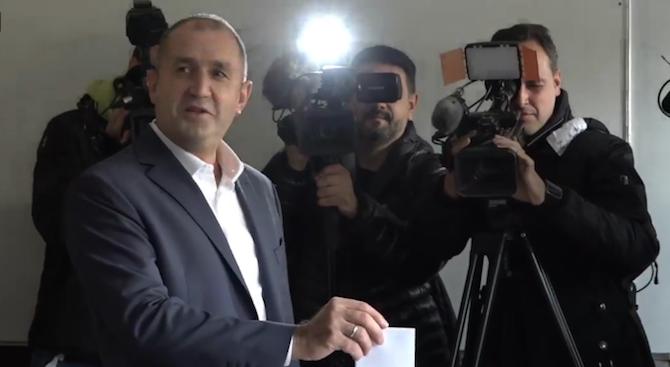 Президентът Румен Радев упражни правото си на глас. Той пусна