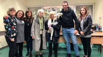 Лили Иванова гласува в музикалното училище, всички членове на СИК и полицаи настояха да се снимат с нея