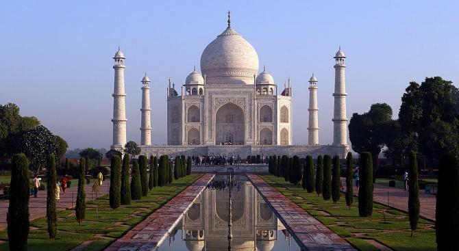 """Въпреки замърсяването на въздуха - туристите се стичат да посетят """"Тадж Махал"""""""