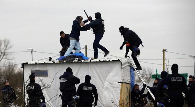 Френската полиция евакуира два лагера на нелегални мигранти в Париж