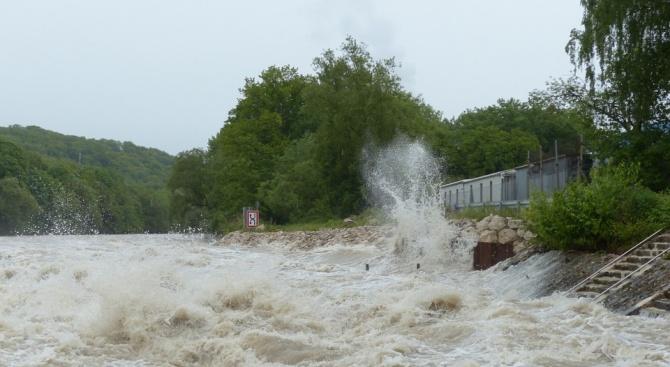 Тежки бури, придружени от проливни дъждове и силни ветрове, удариха