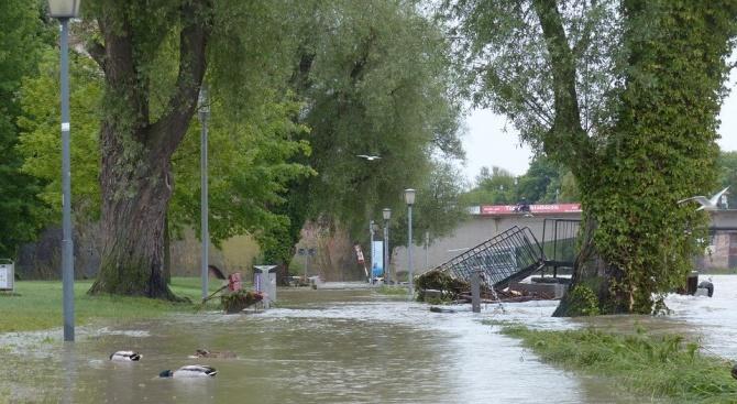 Проливните дъждове в Англия блокираха посетители в мол и наводниха улици