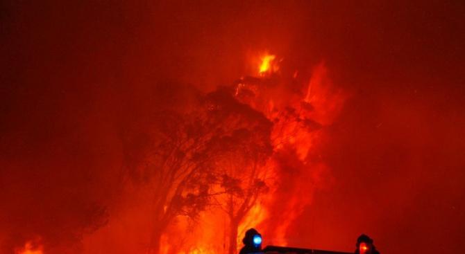 Червено небе над Австралия заради десетки горски пожари