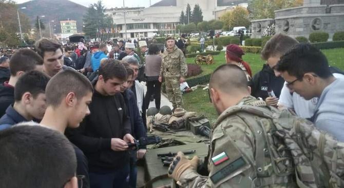 """При изключителен интерес премина кампанията """"Бъди войник"""" в Сливен днес"""