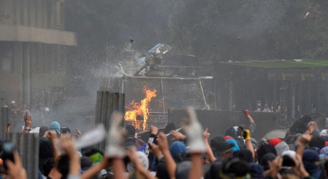 Десетки хиляди чилийци отново изпълниха улиците на столицата Сантяго вчера,