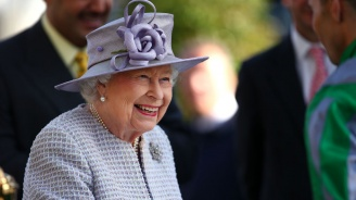 Кралица Елизабет II вече няма да носи дрехи от естествена кожа