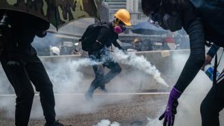 Пропекински депутат е нападнат с нож в Хонконг