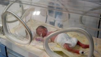 Служителка на МВР дари апаратура за недоносени бебета на кюстендилската болница с пари от своя книга