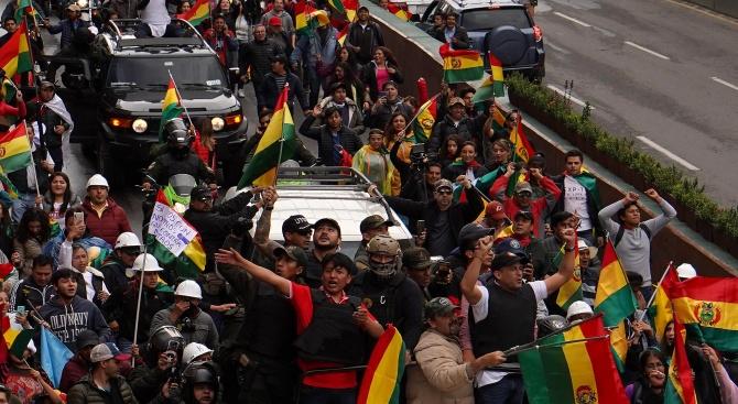 Гневни привърженици на бившия президент на Боливия Ево Моралес издигнаха