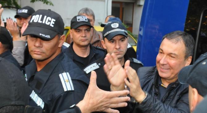 Отведоха с белезници кмета на Несебъротново към ареста в София