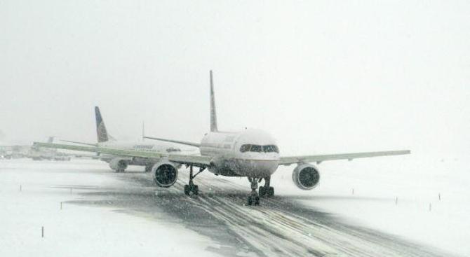 Силна снежна буря в Чикаго избута самолет от пистата на