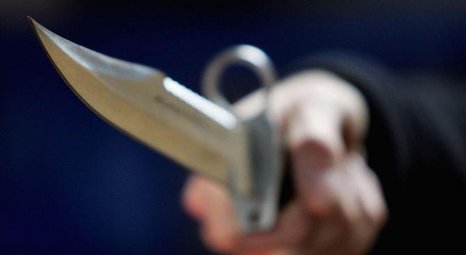 Непознат наръга с нож трима шоу изпълнители на улична сцена в Рияд