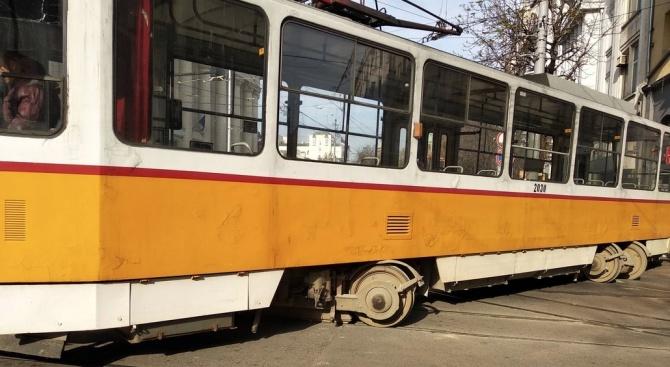 Трамвай дерайлира в центъра на София, пешеходка е ранена