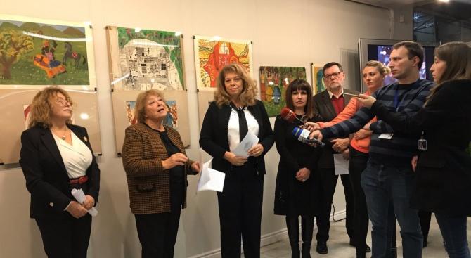 Вицепрезидентът Илияна Йотова откри в София изложба с фотографии и