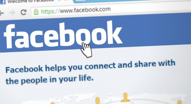 """Бъг във """"Фейсбук"""" отваря камерата на телефона ви без да ви пита"""