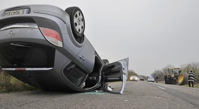 Лек автомобил Опел е катастрофирал в задната гума на трактор