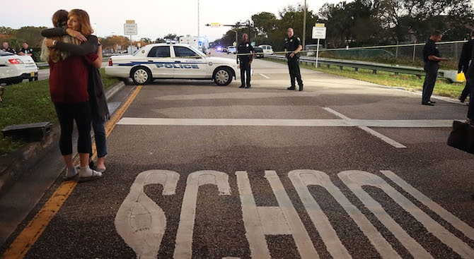 Полицията в Калифорния преследва стрелец, открил огън в гимназия северно