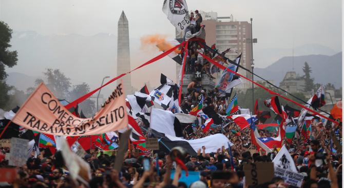 Нови протести в Чили, докато правителството подготвя конституционна реформа
