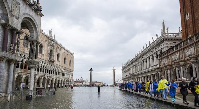 Във Венеция предупредителните сирени отново бяха задействани заради очаквано ниво