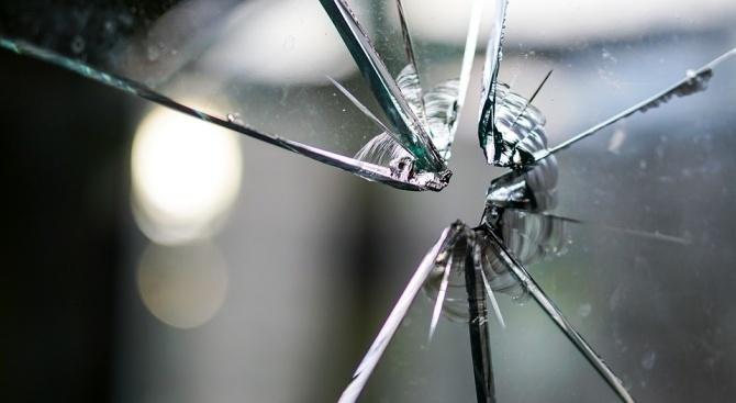 Неизвестен е стрелял по автобус, собственост на общинския съветник от