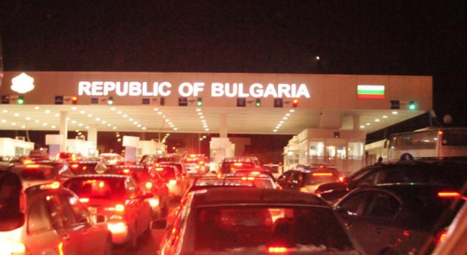 """Интензивен е трафикът за леки автомобили на вход и на изход на ГКПП """"Калотина"""""""