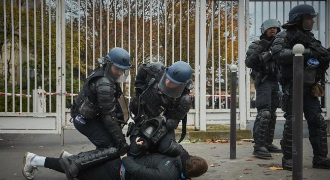 Полицията в Париж задържа най-малко 105 души по време на