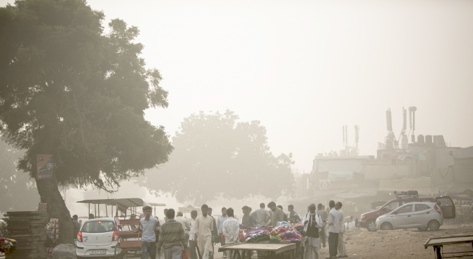 В разгара на смога в индийската столица Делхи бар предлага