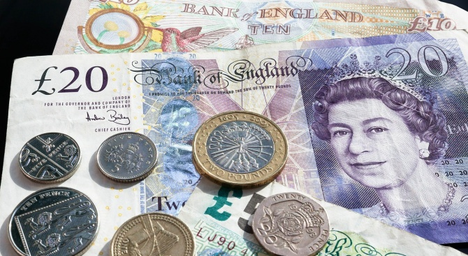 Британското правителство смята да повиши медицинската такса за чужденци до