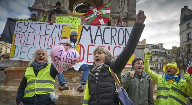 Около 200 души демонстрират мирно в Париж