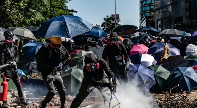 Хонконгската полиция заплаши, че ще отговори с бойни патрони, ако