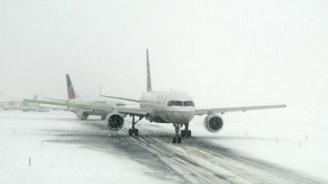 Снежна буря в САЩ изхвърли самолет от пистата