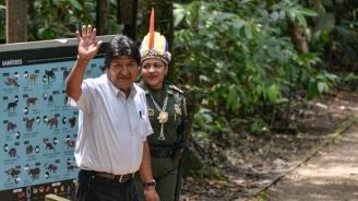 Моралес отлетя от Боливия със самолет за Мексико, където получи политическо убежище