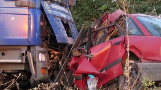 Кола и товарен автомобил се сблъскаха челно край с.Градина