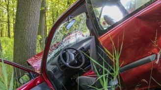 Млад мъж загина зад волана след удар в дърво