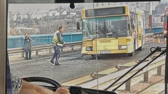 Автобус помля аварирала кола, четирима са ранени