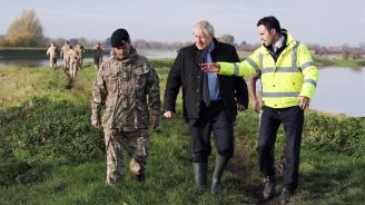 Джонсън посрещнат с недоволство в британски район, пострадал от силните наводнения