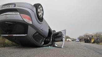 Автомобил катастрофира в трактор и се обърна по таван