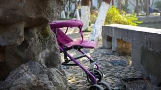 Задигнаха детска количка от вход на блок във Варна