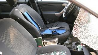 Кола с две деца се блъсна в крайпътен скат