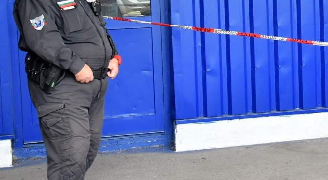 Полицията все още не е заловила мъжа, който обра газстанция