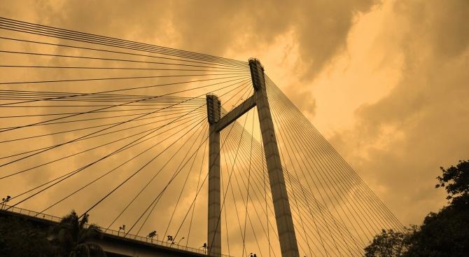 Момиче на 15 години загина след рухването на висящ мост
