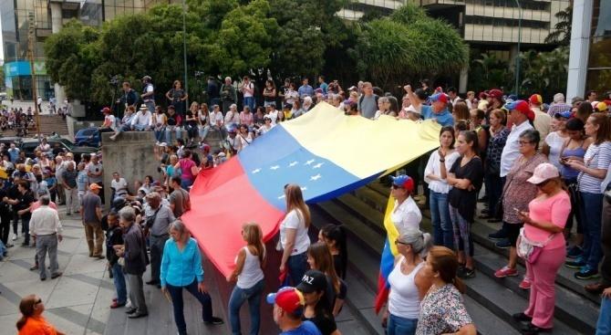 Опозиционният лидер Хуан Гуайдо се мъчи да изкара протестиращи по