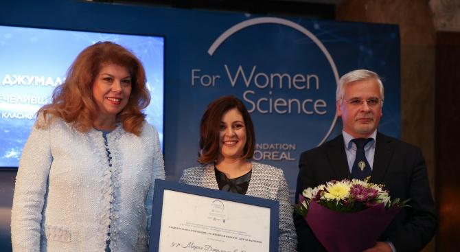 """Илияна Йотова награди победителката в програмата """"За жените в науката"""""""