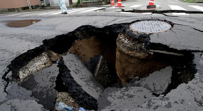 Двама души загинаха, падайки в дупка с вряла вода на