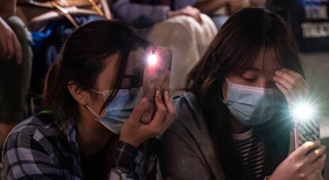 Десетки протестиращи и днес останаха барикадирани в хонконгския Политехнически университет,