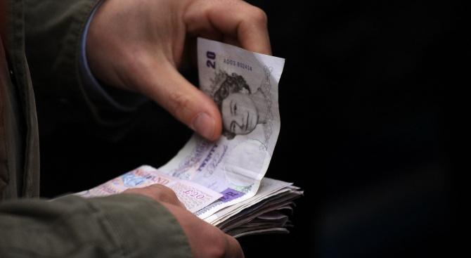 Загадъчната поява на пачки банкноти по улиците в старо миньорско