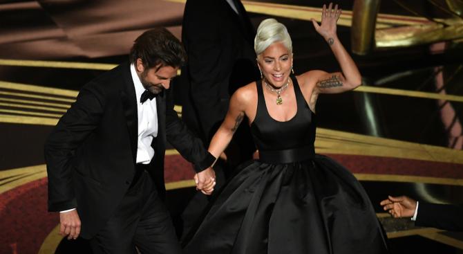"""Хитът на Лейди Гага и Брадли Купър """"Shallow"""" оглави класацията"""