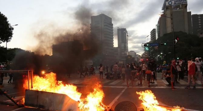 Протестите в колумбийската столица Богота прераснаха в насилие, предаде ДПА.