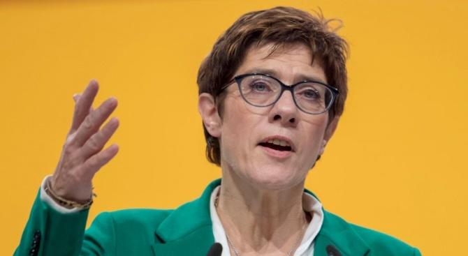 Наследничката на германския канцлер Ангела Меркел Анегрет Крамп-Каренбауер отбягва слуховете,